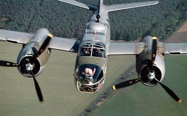 Pilot zeigt seinen nakten Hintern