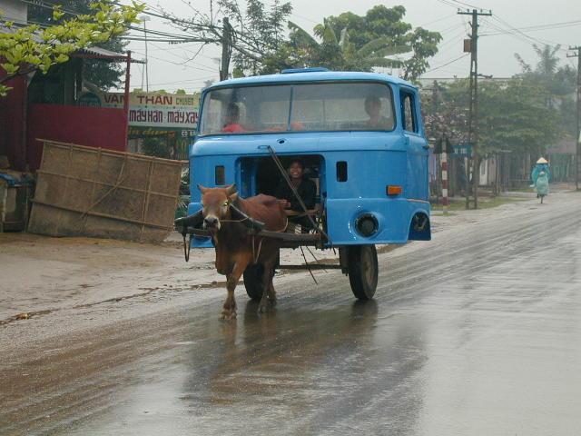 Asiatisches Taxi mit Esel und Fahrerkabine vom Lastwagen