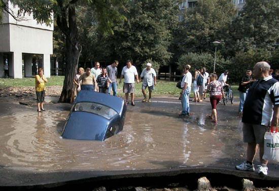 Auto versinkt in Wasserpfütze