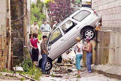 Ein Auto zwischen zwei Häusern eingeklemmt
