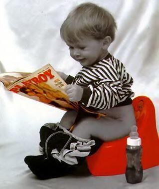 kleiner Junge auf dem Töpfchen liest den Playboy