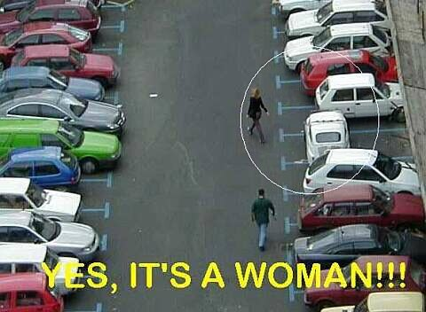 Das Auto einer Frau quer geparkt im Parkplatz