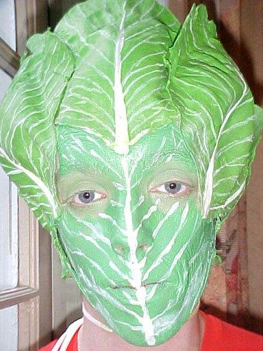 Gesicht, als Salatkopf bemalt und verkleidet