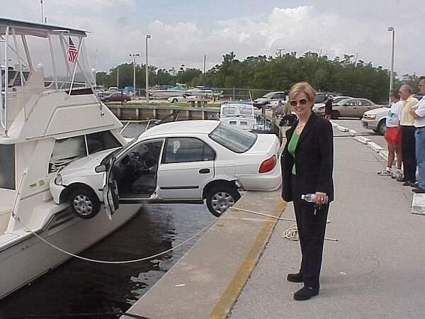 Parkplatz zwischen Schiff und Ufer