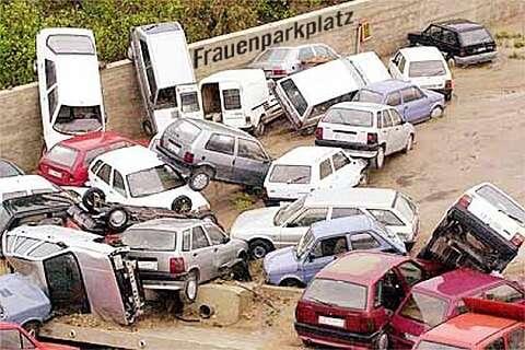 Schrott-Autos stehen kreuz und quer auf dem Frauenparkplatz
