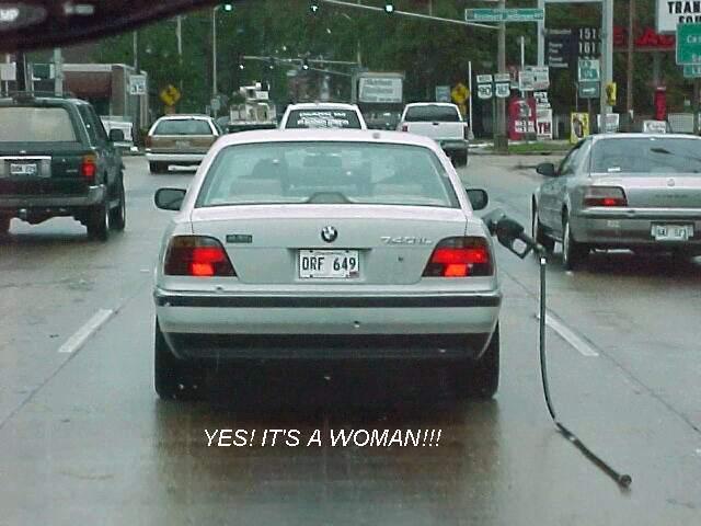 Frau im Auto, kommt gerade vom Tanken