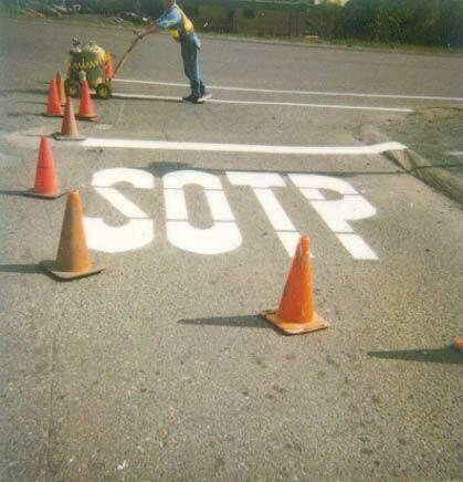 Straßen-Aufschrift SOTP statt STOP